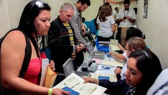 Migrantes cubanos transitan por su cuenta de México a EE.UU.