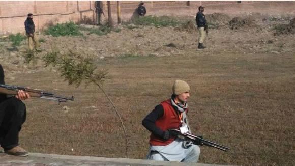 Fuerzas pakistaníes se han desplegado alrededor del campus universitario tras el ataque. Foto Reuters