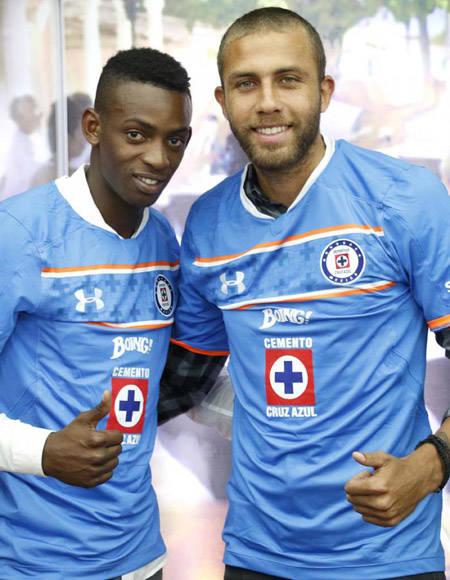 Maikel Reyes y Abel Martínez (der.) con la camiseta del Cruz Azul. Foto: Ricardo Morejón.