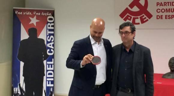 Gerardo Hernández recibe Medalla La Pasionaria de manos de José Luis Centella. Foto EmbaCuba España 580