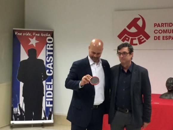 Gerardo Hernández recibe Medalla La Pasionaria de manos de José Luis Centella. Foto EmbaCuba España