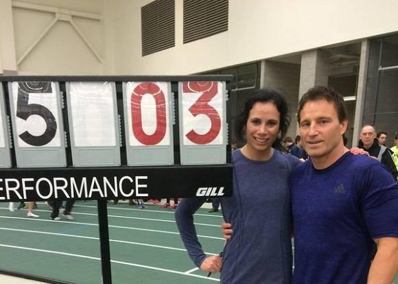 Jennifer Suhr junto a su entrenador y esposo Rick y a la nueva marca del orbe bajo techo. Foto: @JennSuhr.