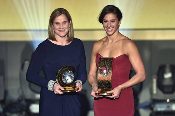 Jill Ellis (izq) y Carli Lloyd mejor entrenadora y jugadora, respectivamente. Foto: AFP.
