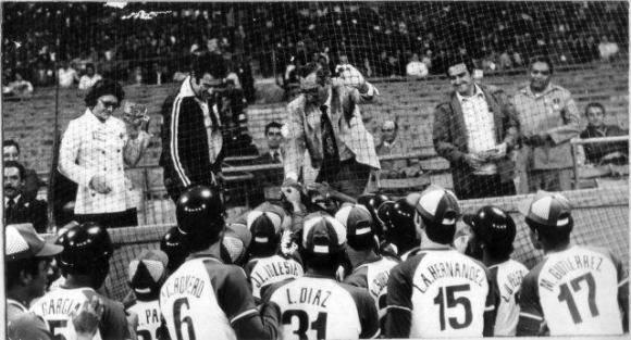 Comandante Julio Camacho felicita a los Vegueros. Foto: Archivo.