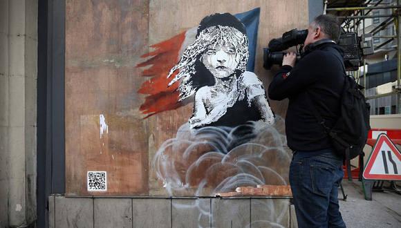 Libertad, igualdad, ¿fraternidad? Nueva pieza de Banksy critica el uso de bombas de gas contra migrantes
