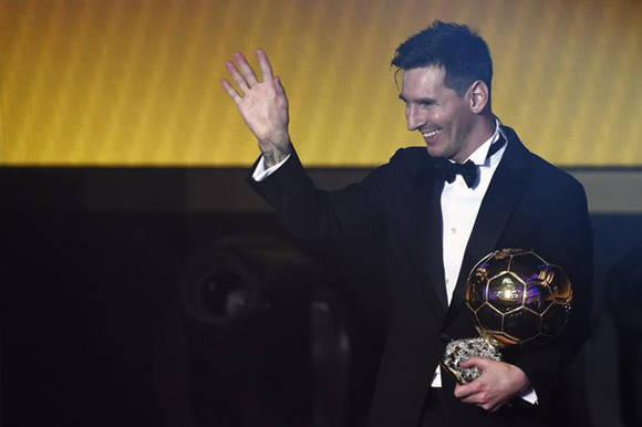 Lionel Messi recibe el quinto. Foto: FIFA.
