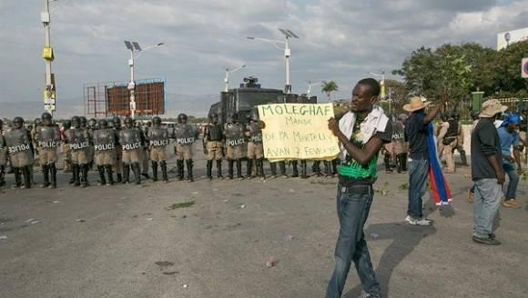 Los ciudadanos continúan desplegados en las calles de Haití protestando contra el Gobierno de Martelly y ahora en contra de la llegada de la OEA al territorio.  Foto: EFE.