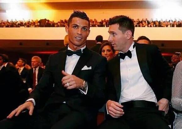 Messi y Cristiano durante la Gala del Balón de Oro 2015. Foto: @meridaaxel4.