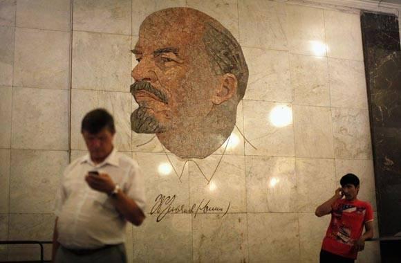 Mosaico de Lenin en estación de metro de Moscú.