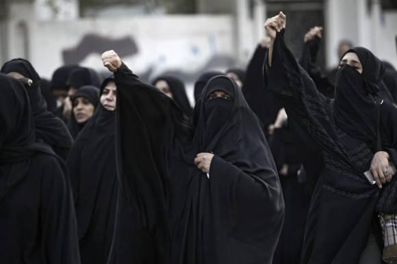 -FOTODELDIA- MA01 MANAMA (BAHREIN), 02/01/2016.- Un grupo de mujeres grita consignas durante una protesta en contra de la ejecución del clérigo chií saudí Nimr Baqir al Nimr, en Manama, Barein, hoy, 2 de enero de 2016. Las autoridades saudíes ejecutaron hoy a 47 personas condenadas por terrorismo, entre ellas el clérigo chií opositor Nimr Baqir al Nimr, en una demostración de mano dura que encendió la ira de la comunidad chií en Oriente Medio. Esa ejecución en masa y simultánea, realizada en doce zonas del país mediante decapitaciones por sable y fusilamientos, es la mayor realizada en décadas en el reino saudí, donde desde la llegada al trono de Salman bin Abdelaziz a principios de 2015 se ha disparado la aplicación de este tipo de castigos. EFE/AHMED ALFARDAN