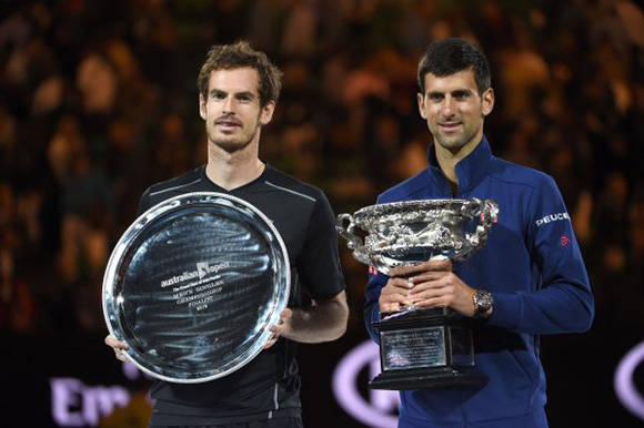 El serbio y el británico con sus respectivos trofeos tras la final. Foto tomada de Edinburgh News.