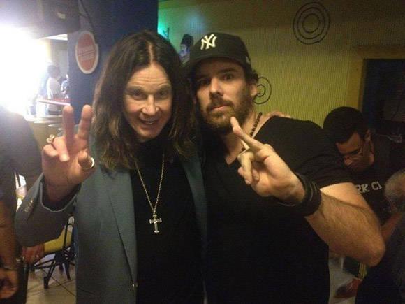 El periodista Michel Hernández se retrata con Ozzy Osbourne.