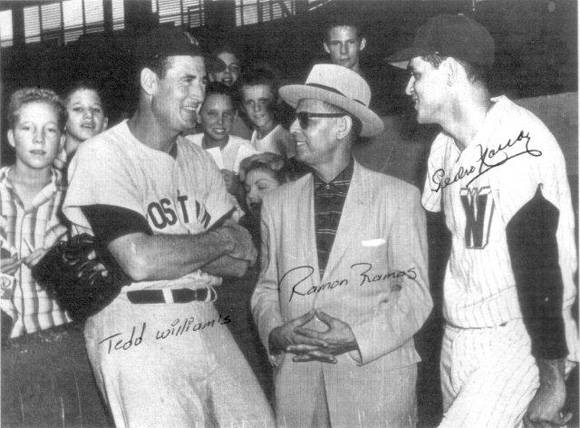 Pedro Ramos y su padre saludan a Ted Williams