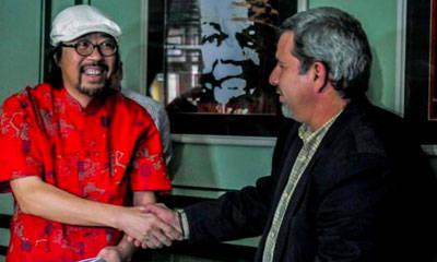 Zheng Da Wei y Joel Ortega durante el acto de firma del contrato de producción. Foto: Oriol de la Cruz/AIN