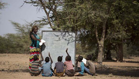 Una profesora imparte clases a la intemperie en Kenya. Foto: Tomada de blog.fundacionmontemadrid.es