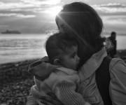 Una mujer y su hijo, recién llegados en un bote a la playa de Kos el pasado octubre.ALBERTO ROJAS