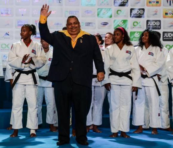 El profesor Rolando Veitia (I), durante su retiro oficial, en el Grand Prix de Judo, que se celebra en el coliseo de la Ciudad Deportiva, en La Habana, el 23 de enero de 2016. Foto: Marcelino Vázquez Hernández / ACN