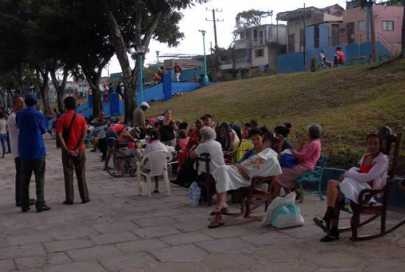 La población Santiaguera a estado evacuada en parques cuando ocurre un movimiento perceptible. Foto: Miguel Rubiera/ACN.