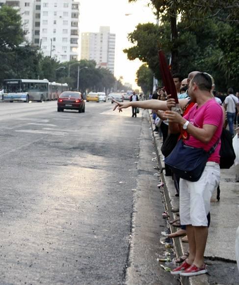 En determinados horarios es bien difícil subir a un taxi. Existe una sobredemanda que influye en la subida de los precios. Foto: José Raúl Concepción/Cubadebate