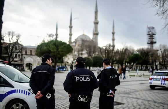 Policías turcos vigilando los alrededores de la Mezquita Azul, en el turístico barrio de Sultanahmet, objeto la víspera de un atentado donde murieron 10 alemanes. Foto: AFP