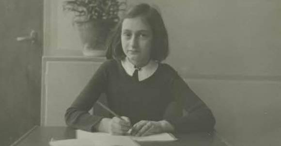Después de su muerte, Ana se hace mundialmente famosa gracias al diario que escribió durante el tiempo en que estuvo escondida.