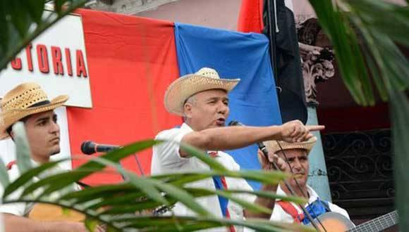 Poetas y decimistas cantan, en ocasión de recordarse el paso triunfal de la Caravana de la Libertad guíada por el Comandante Fidel Castro Ruz, en enero de 1959 abriendo una etapa nueva en la historia cubana, en Ciego de Ávila, Cuba, el 5 de enero de 2016.     ACN FOTO/ Osvaldo GUTIÉRREZ GÓMEZ