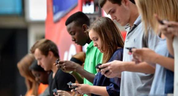 Uso de dispositivos móviles pueden dañar el cuello de los jóvenes