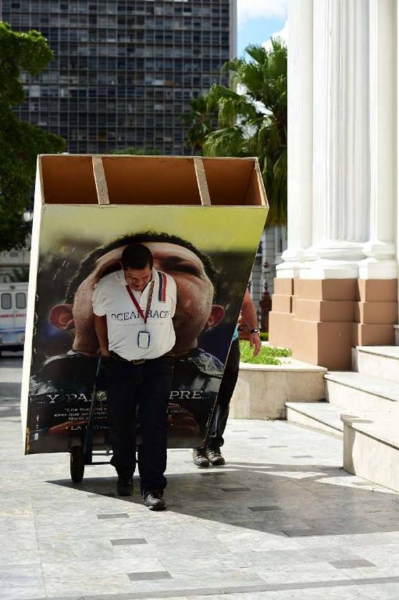 La imagen de Chávez retirada del Parlamento. Foto: VTV