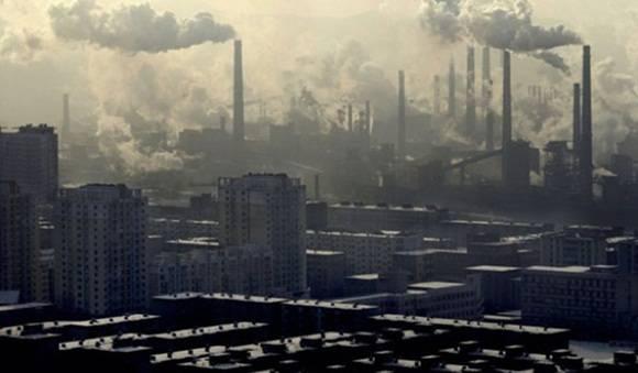 El mes pasado Pekín emitió por segunda vez el nivel de alerta roja por contaminación aérea, cerrando escuelas y  prohibiendo la construcción al aire libre. Foto: Correo del Orinoco.