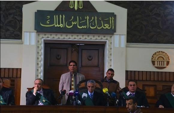 Jueces leen una nota en un tribunal durante el juicio del ex presidente egipcio, Hosni Mubarak, en el Cairo. Foto Xinhua.