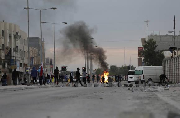 Choque de los manifestantes de Bahrein con la policía antidisturbios durante los enfrentamientos en Sitra, Bahrein, martes, 5 de enero de 2016. Los manifestantes lanzaron cócteles molotov y piedras contra la policía antidisturbios disparando gases lacrimógenos y cañones de tiro durante una marcha en contra de la ejecución del clérigo chií ta. Foto: Hasan Jamali/AP.