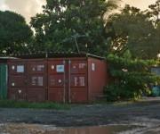 Dos contenedores unidos forman un garaje, función asignada con frecuencia a esas estructuras ubicadas en el segmento del corredor turístico hacia Varadero. Fotos: Yenli Lemus Domínguez.