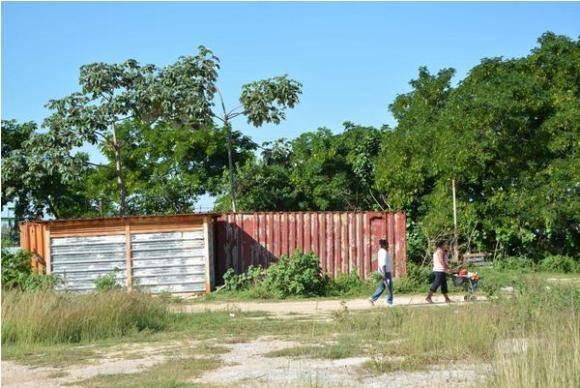 Contenedores emplazados sin debido permiso para el uso del suelo, afectan la imagen del corredor turístico entre la ciudad de Matanzas y la de Cárdenas. Fotos: Yenli Lemus Domínguez.