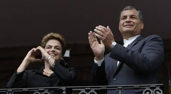 Los presidentes Dilma Rousseff y Rafael Correa, de Brasil y Ecuador, en la inauguración de la IV Cumbre de la CELAC, en Quito.