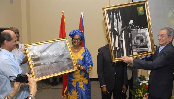 Durante la cita, Raúl  Fidel, fundadores de la OSPAAAL cincuenta años atrás, fueron reconocidos por el Secretariado Ejecutivo Internacional de la organización. Foto: Abel Rojas Barallobre.