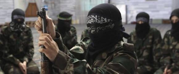Un joven miliciano del EI recibe entrenamiento en un lugar sin identificar de Iraq. Foto: Reuters.