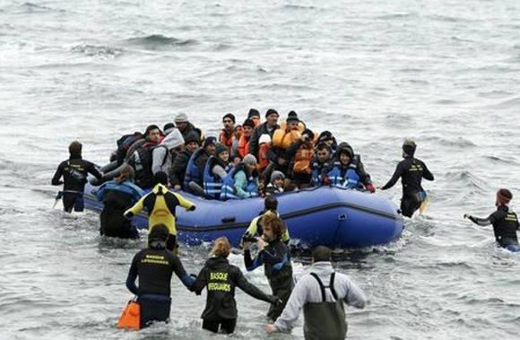 Al menos 33 personas se ahogaron y otras 75 fueron rescatadas después de que una embarcación que transportaba inmigrantes hacia Grecia se hundiera frente a la costa occidental de Turquía. Foto: Reuters