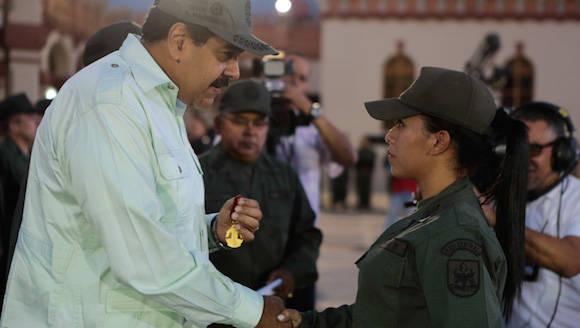 Maduro condecora a la joven sargento. Foto: MINCI