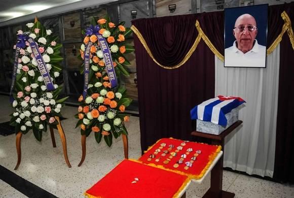 Coronas de Fidel y Raúl Castro Ruz, en las  honras fúnebres del combatiente del Moncada y  Comandante del Ejército Rebelde Pedro Miret Prieto, en el Panteón de los Veteranos, en el cementerio de Colón. Foto: Abel Padrón / ACN.