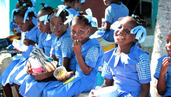 Niñas de la escuela Santa Rosa de Lima, durante un recreo. Foto: Cruz Roja.