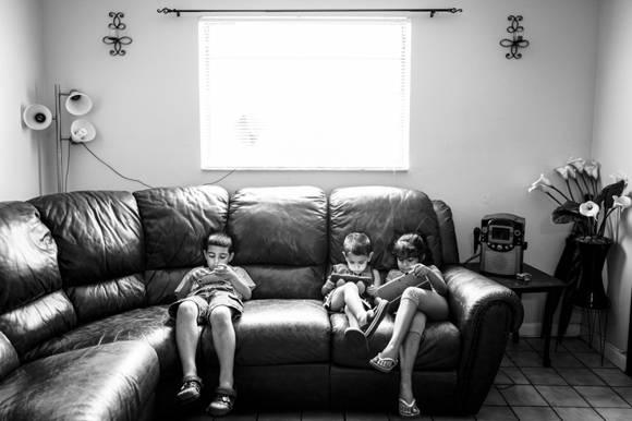 Los niños viven encerrados en casa, jugando con aparatos electrónicos. Foto: Fulvio Bugani