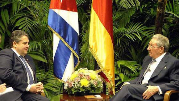 El Presidente Raúl Castro Ruz  y Sigmar Gabriel, vicecanciller federal y ministro de Economía y Energía de la República Federal de Alemania. Foto: Estudios Revolución.