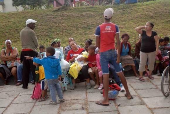 Por la ocurrencia consecutiva de 10 sismos en la madrugada del 17 enero de 2016 en Santiago de Cuba, la población salió de sus viviendas como medida de seguridad. Foto: Miguel Rubiera Justiz / ACN