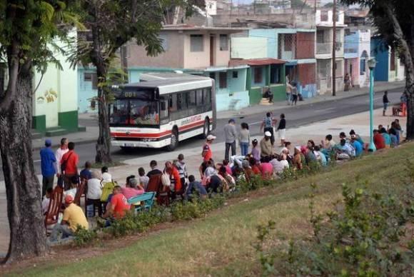 Un sismo de 4.8 grados en la escala de Richter ocurrió la madrugada (01:37 am) del 17 enero de 2016 en Santiago de Cuba, seguido por otro de 4.6 grados, hizo que la población saliera de sus viviendas como medida de seguridad. Foto: Miguel Rubiera Justiz / ACN
