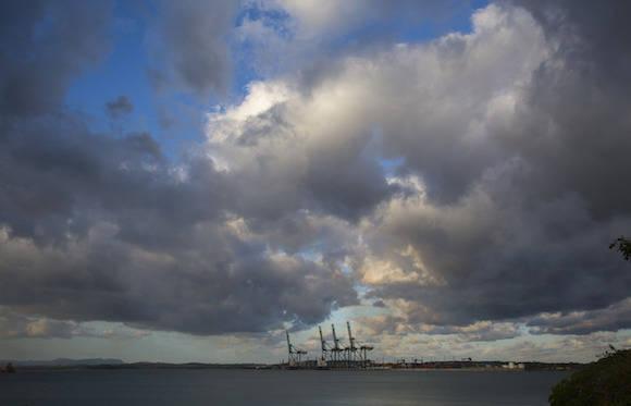 Gobernador demócrata de Virginia, Terry McAuliffe, en el Puerto del Mariel. Foto: Desmond Boyland/ AP