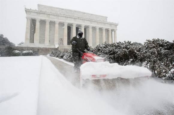 Una de las escenas que ha dejado la tormenta de nieve Jonas. Foto: EFE