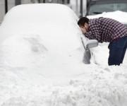 Un ciudadano de Roanoke, en el estado de Virginia, mira por la ventana de su carro pues dejó sus llaves y su reloj dentro. Foto: AP