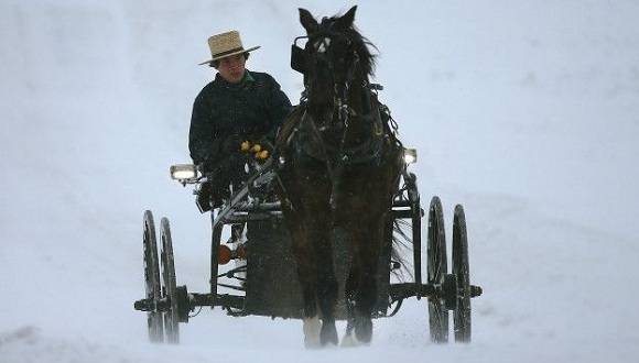 Un amish de Mechanicsville, en el estado de Maryland, se traslada en una carreta jalada por un caballo pese a la fuerte nevada. Foto: Getty