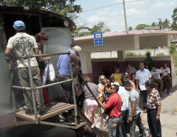 Los camiones no son solo para las viandas. Foto: Ismael Francisco/Cubadebate.
