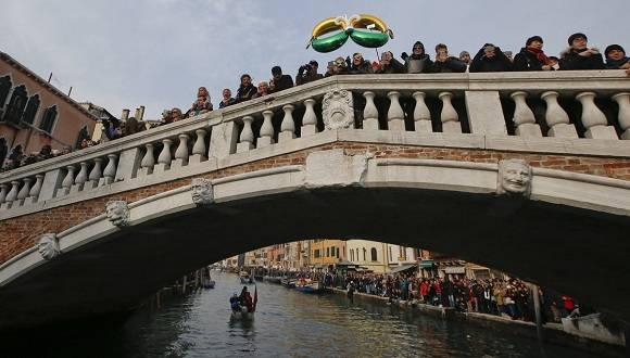 Miles de visitantes acuden a Venecia en estas fechas para admirar los espectaculares disfraces de quienes invierten miles de euros para lucir como una estrella durante algunos días del año. Foto: AP